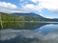 蓼科高原の女神湖(標高1530m)から蓼科山を眺める