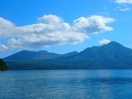 ベビーキャリア背負って樽前山登山。巨大な溶岩ドームに圧倒される。下山後は支笏湖へ
