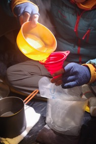 【難易度高】寝袋の中に、プラティパスにお湯を入れて湯たんぽ実験
