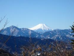 大雪3日後の高尾山へ。6号路を登り山頂から鮮明な富士山が見えました。