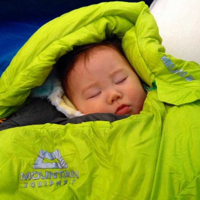 暖かい寝袋に包まりながら、ボーっと青空を流れる雲を眺め、自然が織りなす音に耳を傾ける