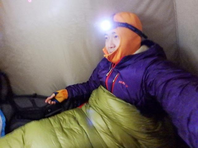 雪山・雪山のテント内で寝袋で寝るとき服装