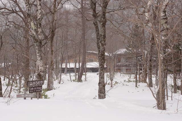 上高地で唯一冬期営業の山のひだやは、登山・スノーシュー・アイスクライミングの憩いの拠点