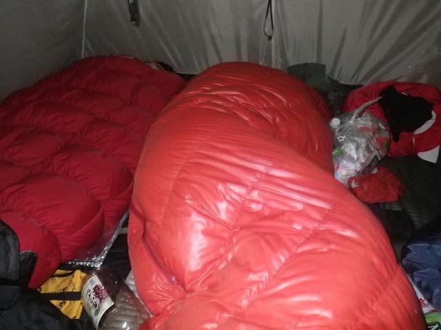 雪山テントの中で寝る