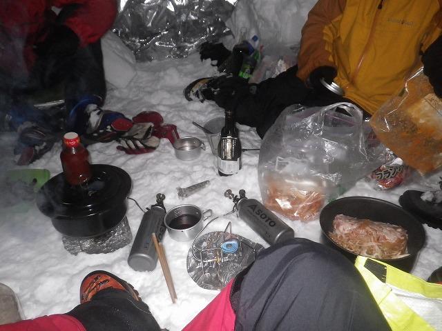 雪洞内で鍋を囲む