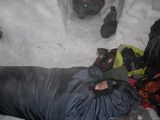 谷川岳雪洞でシュラフで寝る