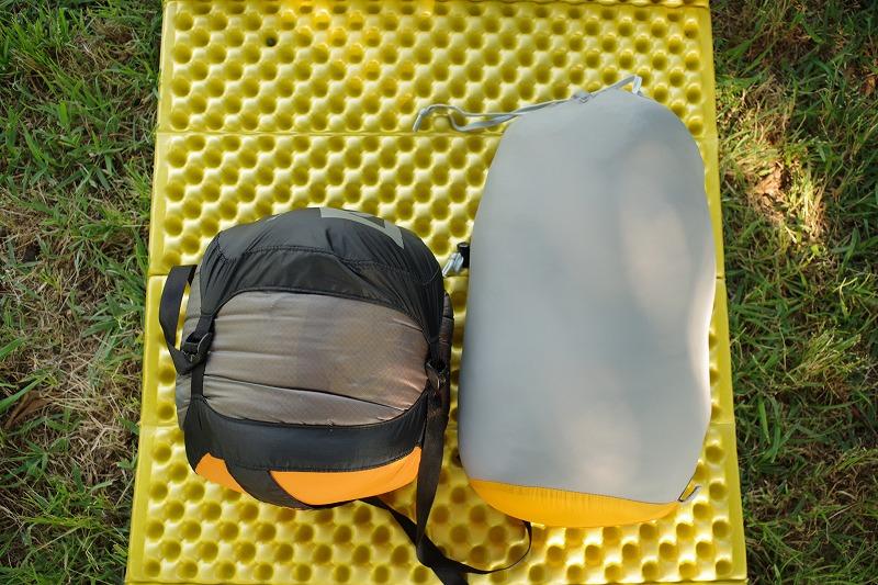 メーカーカタログ記載が780g ∅16x32cm(5.1L)の寝袋(ダウン、モンベル製)を最大容量10Lのキャップ式コンプレッションバッグ(シートゥサミット製)に入れてみました。