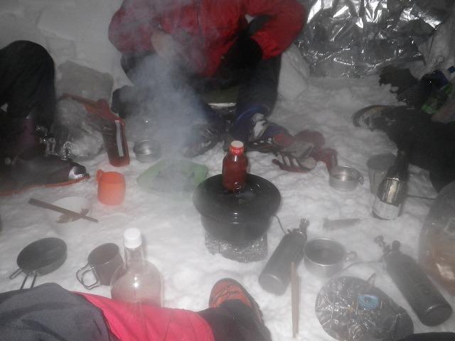 雪洞 で煮炊き