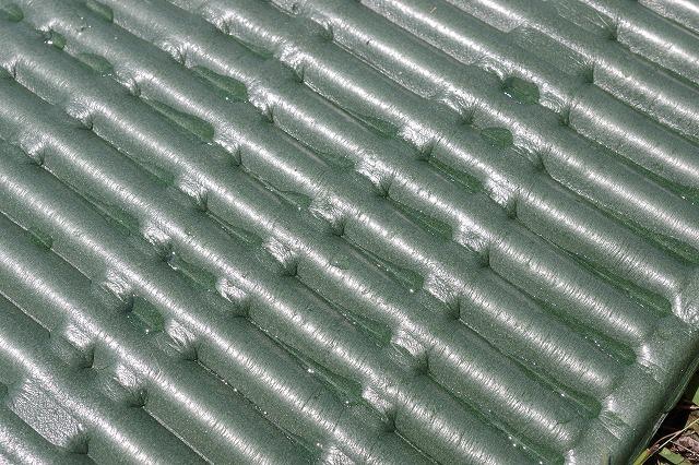 クローズドセルマットの溝に水滴がたまる