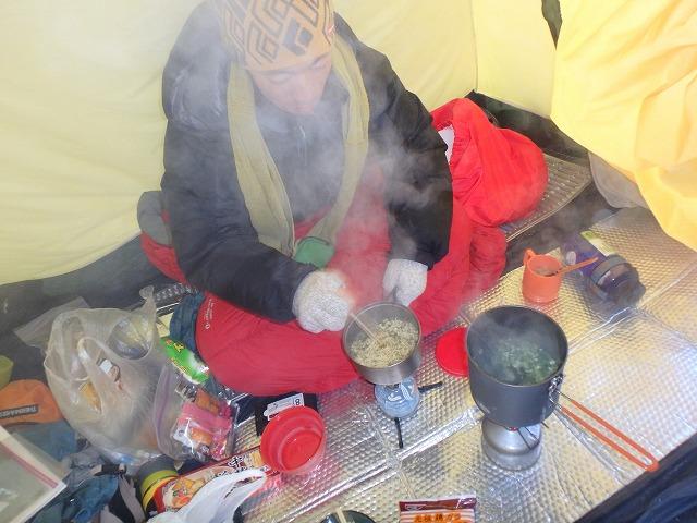 テント内で鍋・ラーメンを作る