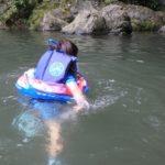 ときがわ町の三波渓谷の四季彩館のバーベキュー広場前で川遊び。一部深い部分あり。