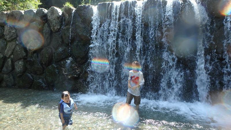 木のむらキャンプ場』の川遊び場 上流の滝