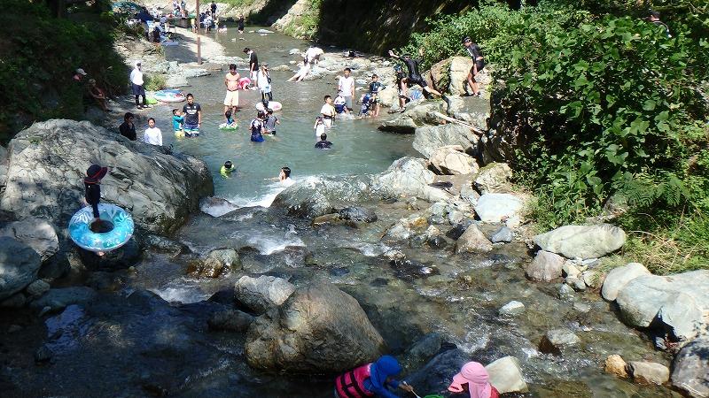 木のむらキャンプ場 川遊び 子供たちが飛び込む