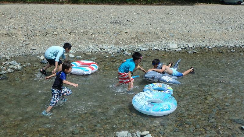 木のむらキャンプ場で川遊び