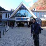 赤ちゃん背負って高尾山6号路(びわ滝コース)を登る(もう寒いかも)